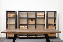 Table et étagère en bois sur l'affichage à HOMI, exposition internationale de maison à Milan, Italie photos stock