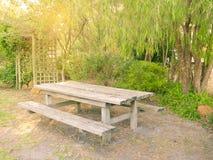 Table et banc en bois dans le jardin Photographie stock libre de droits