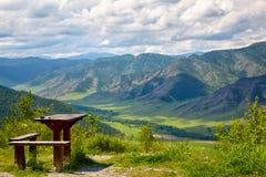 Table et banc en bois sur le dessus du passage de montagne Chike-Taman i Photos libres de droits