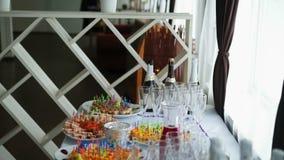 Table et boissons de buffet banque de vidéos