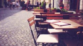 Table et chaise européennes extérieures de café de trottoir images stock