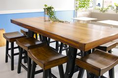Table et chaises de cafétéria Photos stock