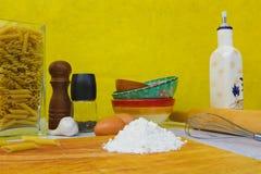 Table et ingrédients de cuisine pour faire cuire sur une planche à découper images stock
