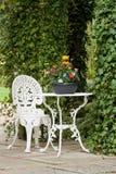 Table et présidence de jardin de fer travaillé Photo stock