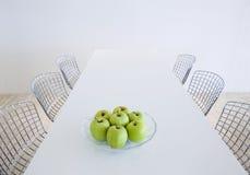 Table et présidences de cuisine modernes Photo stock