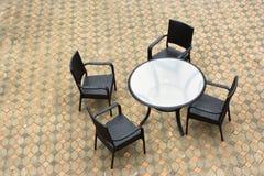 Table et présidences de jardin images stock
