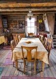 Table et présidences de pièce de Dinning dans une cabine de log photo stock