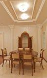 Table et présidences de salle à manger en bois luxueuse Photo stock