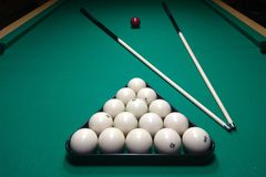 Table et queue de billard avec les boules blanches photo libre de droits