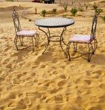 table et siège en de sert Sahara Maroc Afrique à sable jaune Photos stock