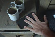 Table et téléphone portable de chevet Photo stock