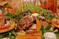 Table exquise de mariage avec des casse-croûte, table de Cosaque image stock