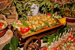 Table exquise de mariage avec des casse-croûte, table de Cosaque photographie stock libre de droits