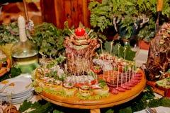 Table exquise de mariage avec des casse-croûte, table de Cosaque photo libre de droits