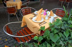 Table extérieure de restaurant Photos stock
