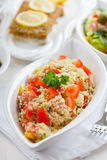 table extérieure normale légère de configuration de salade de couscous Images libres de droits