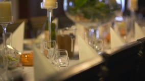Table extraordinairement décorée pour le dîner romantique banque de vidéos