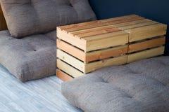 Table extérieure et siège de boîte en bois Image stock