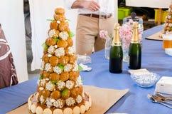 Table of festival. Pièce montée et champagne pour cérémonie Stock Image