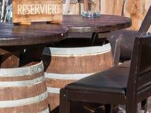 Table formée par baril réservé dans le chalet de montagne Images libres de droits