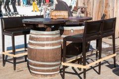 Table formée par baril réservé dans le chalet de montagne Photos stock