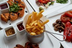 Table gentille dans le restaurant Déjeuner chaleureux et savoureux se composant du camembert de fromage dans la pâte lisse, salad image libre de droits