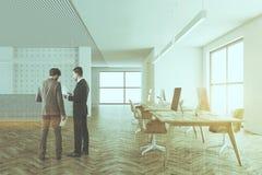 Table grise de réception dans un bureau de l'espace ouvert, hommes Photo libre de droits