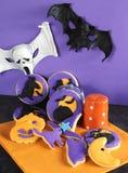Table heureuse de partie de Haloween avec des biscuits et des décorations Photos stock