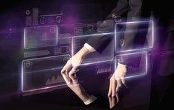 Table interactive émouvante de mains photo libre de droits