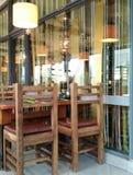 Table libre en café par le mur de verre images stock
