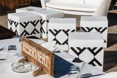 Table meublée en bois réservée dans le chalet de montagne Images libres de droits