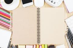 Table moderne avec le bloc-notes vide Photo stock