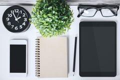 Table moderne avec le comprimé et le téléphone vides Image libre de droits