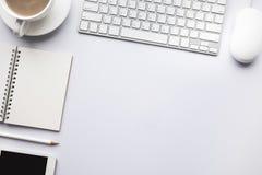 Table moderne de bureau de vue supérieure avec l'espace de copie dans le blanc Photo stock