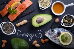 Table noire d'ardoise avec des riches de produit dans Omega 3 photo stock