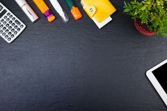 Table noire de bureau avec l'ordinateur, le stylo et une tasse de café, sort de choses Vue supérieure avec l'espace de copie Photographie stock libre de droits