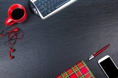 Table noire de bureau avec l'ordinateur, le stylo et une tasse de café, sort de choses Vue supérieure avec l'espace de copie Photo stock
