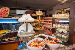 Table ouverte avec des gâteaux Table extérieure pour des visiteurs photo stock