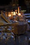 Table préparée pour un dîner extérieur rustique la nuit images libres de droits