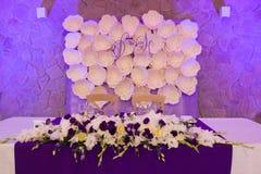 Table principale pour les nouveaux mariés au hall de mariage Photo stock
