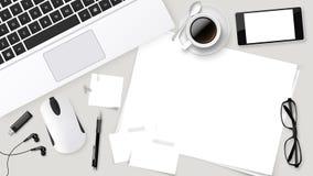 Table réaliste de bureau de dessus de vecteur avec la tasse d'ordinateur portable de café, papiers, crayon, comprimé Photo libre de droits