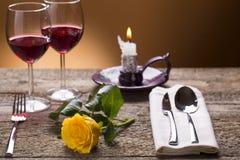 Table romantique d'ensemble avec la lumière de bougie Photographie stock libre de droits