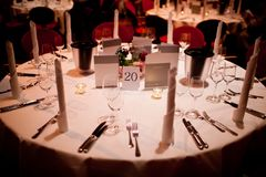 Table ronde avec la décoration de table image libre de droits