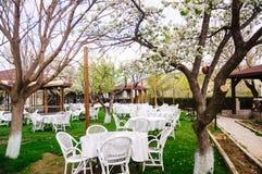 Table ronde blanche dans le jardin Photos libres de droits