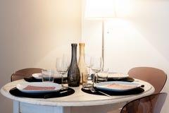 Table ronde d'ensemble dans la maison avec des couleurs claires de couverts Photos stock