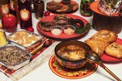 Table russe avec la nourriture image stock