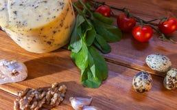 Table rustique avec différents éléments pour préparer des salades avec du fromage image libre de droits