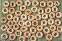Table rustique en bois avec les bagels russes nationaux Image libre de droits