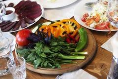Table servie au café de terrasse d'été Photo stock