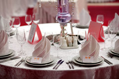 Table servie avec des serviettes, des cartes et des verres sur la table Images stock
